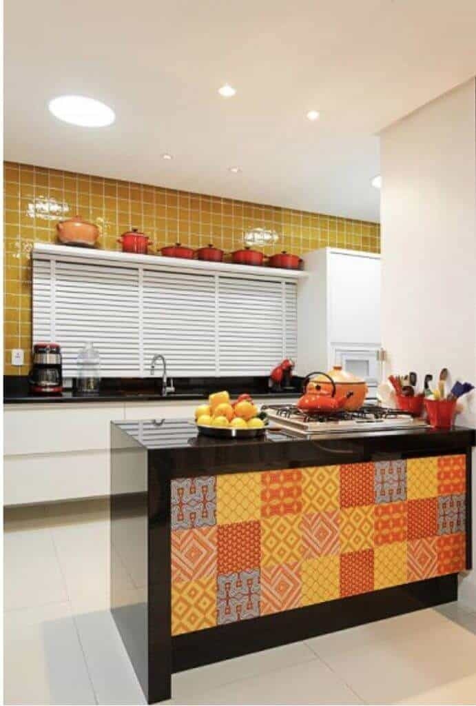 Of course these colourful backsplash ideas pop in your eyes the most when you work with contrasts, meaning perhaps an all-white kitchen with a vibrant backsplash or a kitchen with dark cabinets with a vibrant backsplash to give that extra wow touch to your new or redone kitchen.